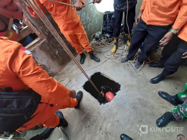 Tim SAR saat melakukan evakuasi korban dari kedalaman sumur sekitar 20 meter