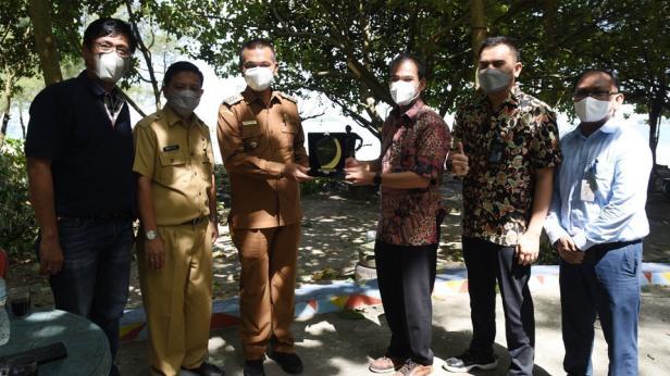 Deputi (Vice President) PT Pegadaian (Persero) Wilayah Sumatera Barat, Januardi, bersama Pimpinan Cabang (Pinca) Pegadaian Padang, Afrio Gunawan, kunjungi Pemko Pariaman, Selasa (22/6/ 2021).