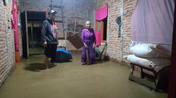 Kondisi rumah di Binjai Tapan yang terendam banjir pukul 19.00 WIB