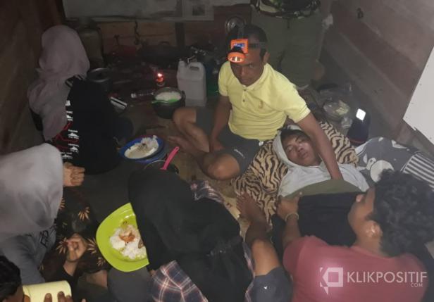 Susana Korban Urip Mulyono tengah dirawat oleh tim evakuasi di Pos 1 Janjang Seribu