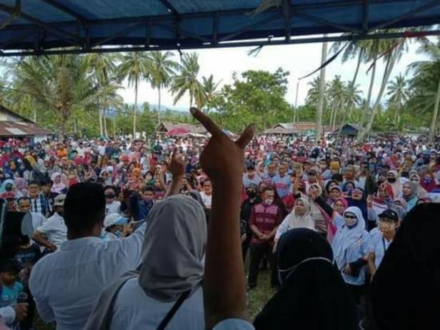 Suasana kampanye Paslon Bupati Pessel, Rusma Yul Anwar-Rudi Hariansyah di Pantai Muaro-Pasar Baru Bayang
