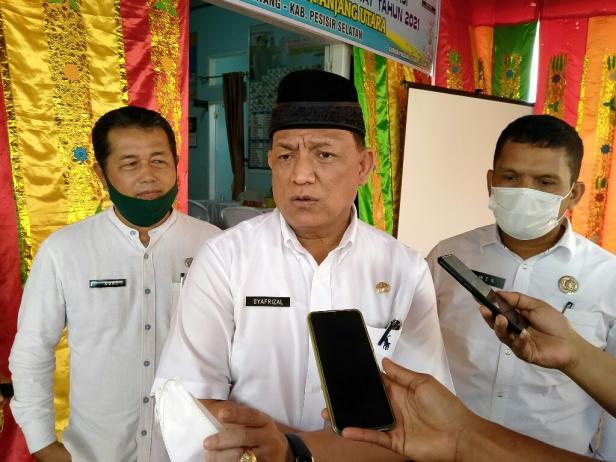 Kepala Dinas PMD Sumatera Barat, Syafrizal  saat penilai lomba nagari berprestasi di Pessel