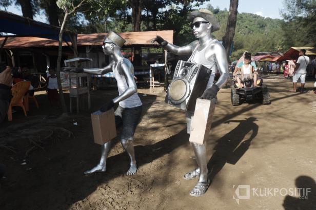 Yadi saat beraksi sebagai manusia perak di Pantai Air Manis Padang