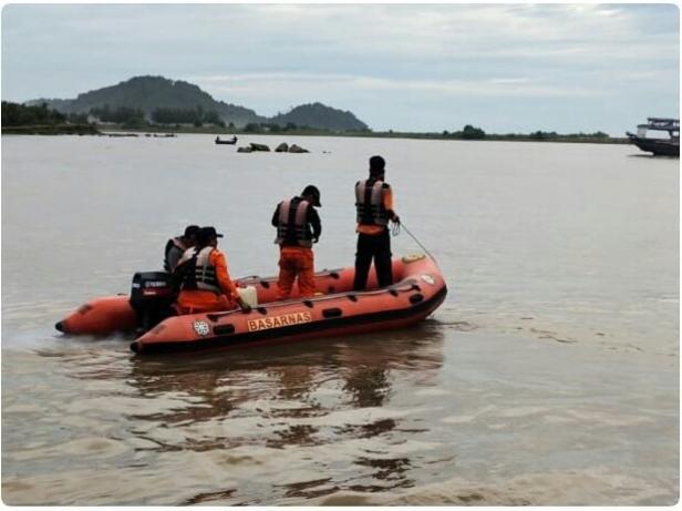 Basarnas Padang saat melakukan pencarian nelayan hilang di Pessel