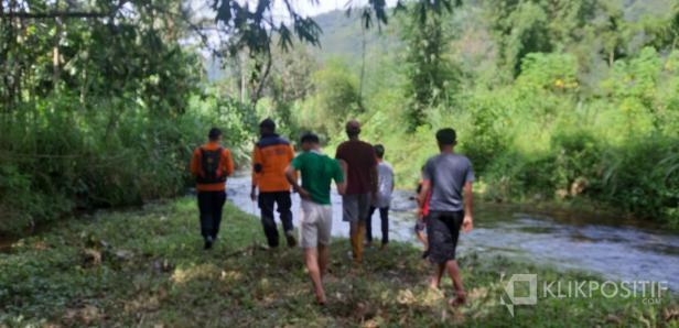 Tim Basarnas dan warga setempat melakukan pencarian di sekitar lokasi ziarah