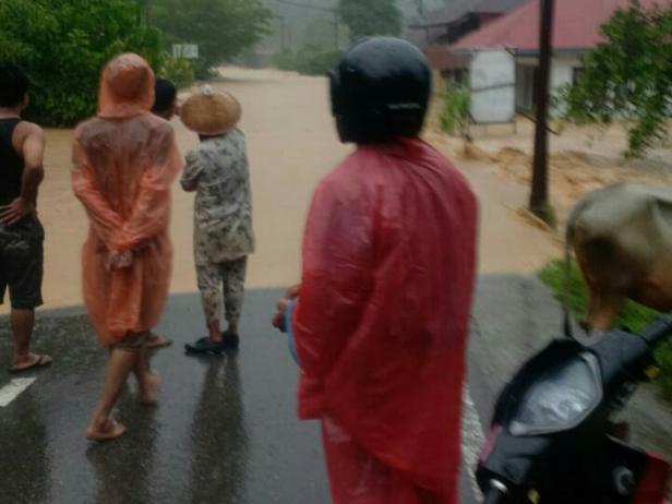 Banjir di jalan nasional Pessel, Kampung Jalamu Kecamatan Batangkapas