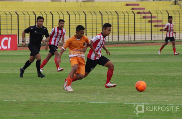 Pemain Sumbar berduel dengan pemain DIY di Stadion Sultan Agung Bantul pada laga terakhir penyisihan grup Piala Soeratin U-15 2019/2020 Nasional