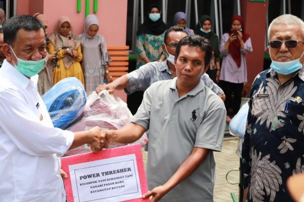 Bupati Pessel, Rusma Yul Anwar saat menyerahkan Alsintan di Kantor Distanhorbun Pessel
