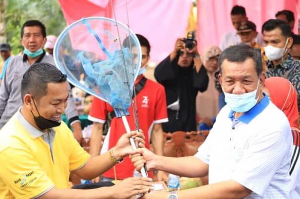Bupati Pessel, Rusma Yul Anwar bersama masyarakat disela kegiatannya