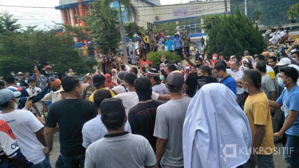 Kumpulan masyarakat saat memadati halaman rumah dinas Bupati Pessel saat  kedatangan Kepala Kejaksaan Negeri Pessel
