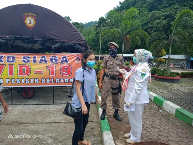 Aktivitas pengecekan kesehatan orang yang keluar masuk di perbatasan Pessel-Padang