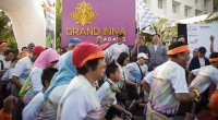 Gubernur Irwan Prayitno mengibarkan bendera Start Padang KulineRun 2017, lomba lari dan promosi wisata kuliner