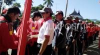 Kontingen PON Sumbar saat upacara pelepasan oleh Gubernur Sumbar Irwan Prayitno