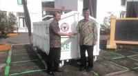 Dirut Keuangan PT Semen Padang, Tri Hartono Rianto (kiri) menyerahkan kontainer bak sampah terbuka secara simbolis kepada Walikota Padang, Mahyeldi Ansharullah