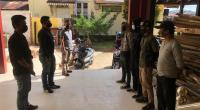 Pemuda yang terjaring operasi premanisme sedang diberi arahan oleh polisi