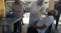 Salah seorang warga yang tengah dilakukan tes usap di Kantor Bappeda Pasaman Barat