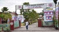 Sejumlah baliho berhambarkan foto siswa yang lulus jalur undangan masuk perguruan tinggi negeribterpampang di gerbang sekolah Yayasan Igasar Semen Padang