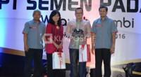 Kepala Bappeda Jambi, Ahmad Fauzi Ansori Saat Menerima Bingkisan dari Direksi PT. Semen Padang Dalam Acara Temu Pelanggan Selasa Lalu
