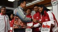Menteri Pemuda dan Olahraga (Menpora) Imam Nahrawi menyerahkan beasiswa kepada atlet Indonesia yang meraih medali pada ajang ASEAN Schools Games 2019 di kediaman Menpora, Jalan Widya Chandra, Jakarta, Kamis (25/7)