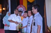 Dirut PT Semen Padang Yosviandri, menyerahkan hadiah kepada pemenang yang berhasil menjawab beberapan pertanyaan pada seminar K3