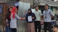 Penyerahan bantuan oleh CSR Semen Padang kepada korban kebakaran.