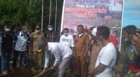 Plt Bupati Solsel Abdul Rahman Menanam perdana Sawit Petani Program Replanting