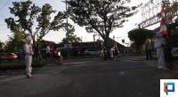 Warga yang menggunakan kostum pocong di perlintasan rel Kereta Api di daerah Kayu Kalek