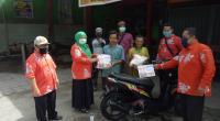 Ketua dan Komisioner Bawaslu menyerahkan bantuan Sembako bagi masyarakat terdampak Corona di Kota Solok