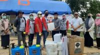 Bantuan dari Alumni Angkatan 98 SMAN 1 Batusangkar serahkan bantuan pada gugus COVID-19 yang diterima oleh Wakil Bupati Tanah Datar, Zuldafri Darma di Posko Gugus Tugas Covid 19 Tanah Datar