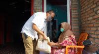 Anggota Komisi VI DPR RI Andre Rosiade saat membagikan sembako di Kota Padang beberapa waktu lalu.