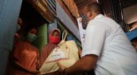 Andre Rosiade membagikan sembako untuk warga Ranah Parak Rumbio, Padang Selatan, Kota Padang.