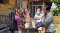 Pengurus DPD Gerindra Sumbar menyerahkan bantuan sembako dan uang tunai dari Anggota DPR RI Andre Rosiade untuk keluarga Adrian, balita gizi buruk di Kuranji.