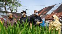 Anggota DPR RI Andre Rosiade, Wako Bukittinggi Erman Safar dan pengurus Yayasan Al Falah meninjau bangunan dan jalan SMP Al Falah Bukitinggi, beberapa waktu lalu.