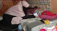 Pengurus Yayasan Varisha Peduli menyerahkan bantuan sembako dan uang tunai dari Anggota DPR RI Andre Rosiade kepada Marlena di Sawahlunto.