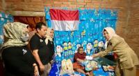 Pengurus DPD Gerindra Sumbar dan DPC Tanahdatar menyerahkan bantuan uang tunai dan sembako dari Andre Rosiade kepada penyandang disabilitas di Tanahdatar, Novi Yulia Hendra.