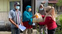 Wakil Sekretaris DPD Gerindra Sumbar Rina Shintya menyerahkan sembako dari Andre Rosiade kepada warga Kampung Kalawi, Kuranji, Padang.