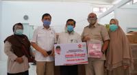 Andre Rosiade (dua dari kanan) foto bersama dengan dr Andini usai menyerahkan bantuan tes PCS Swab kepada Laboratorium Fakultas Kedokteran Universitas Andalas (Unand) Padang