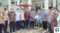 Anggota DPR-RI Hermanto didampingi Bupati dan Wakil Bupati Solok Selatan Ketua DPRD Solok Selatan serta Pejabat lainnya di Solok Selatan Menyerahkan Bantuan Alsintan kepada Kelompok Tani