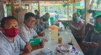 Yuhendri Dt Putiah (kanan) bersama masyarakat yang terdampak COVID-19 di Nagari Lingkuang Aua