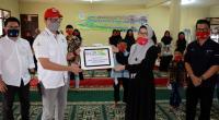 Kepala Unit CSR Semen Padang M.Ikrar (kiri) menywrahkan bantuan tali asih kepada pengurus Panti Sosial Anak Asuh Lubuk Kilangan.