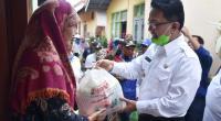Indra Catri menyalurkan bantuan kepada masyarakat