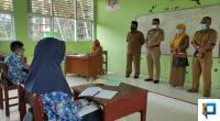 Sekdakab Lima Puluh Kota Widya Putra didampingi Kadisdikbud Indrawati dan Kepsek SMPN 1 Kecamatan Harau M. Yusuf Lubis saat sidak Prokes di sekolah.