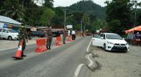 Sejumlah petugas ditempatkan di sekitar perbatasan Kota Padang