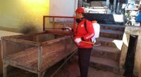 Relawan TRC Semen Padang melakukan penyemprotan diainfektan di Pasar Indarung.