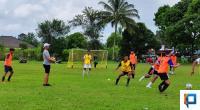 Pelatih Persela Lamongan asal Payakumbuh saat melakukan seleksi bagi pemain usia muda di Kota Payakumbuh, Sumbar
