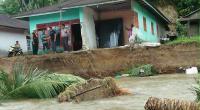 Penampakan rumah Sudirman setelah diterjang aliran sungai Paku