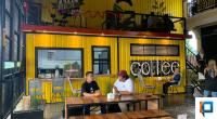 Owner Asiva Garden Coffee shop Iqra Chissa sedang berbincang dengan pelanggan