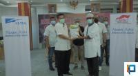 Friyandi menyerahkan bantuan kepada Wali Kota Padang secara simbolis