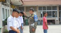 Satpol PP Padang saat mengamankan siswa yang berada di luar sekolah