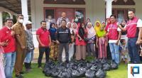 BAGUNA PDIP bersama masyarakat saat menyalurkan paket sembako di Jorong Bunut